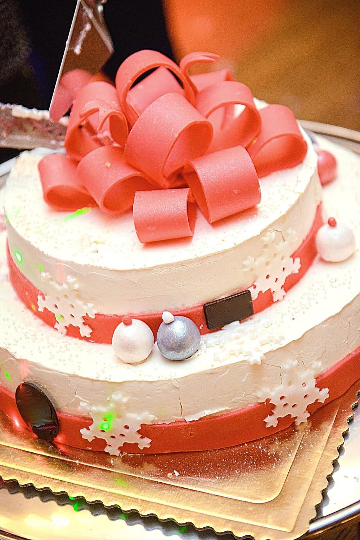 christmas-white-cake-gift-ornaments-balls-powdered-sugar