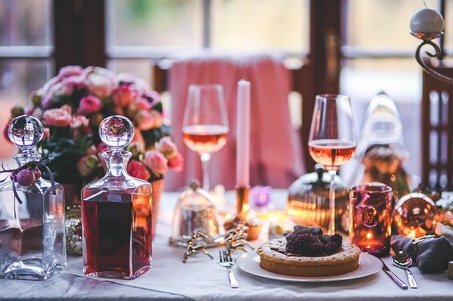 fairytale-christmas-table-pink-purple-candles