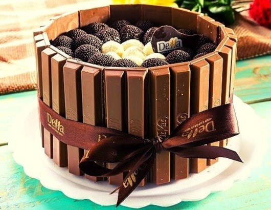 christmas-pie-kitkat-chocolate-cake-christmas-table-preparations-decoration