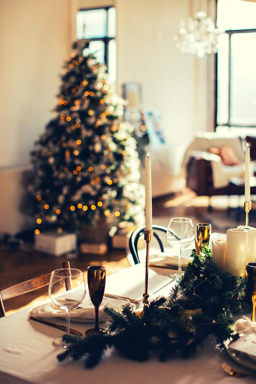 minimal-christmas-table-chritmastree-candles-garlands-ornaments