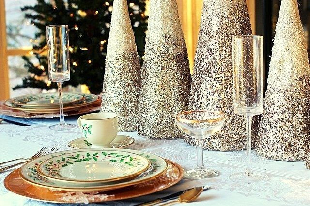 sparkle-glitter-christmas-table-gold-elements-whiteplates-glasses