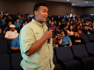 Estudiante participa de foro