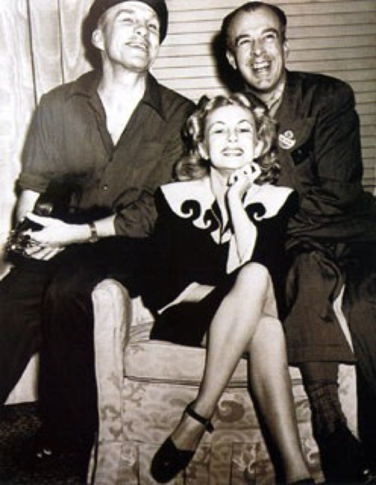 Joyce Ballantyne posando com Rolf Armstrong e Gillette Elvgren, precursores da ilustração pin-up
