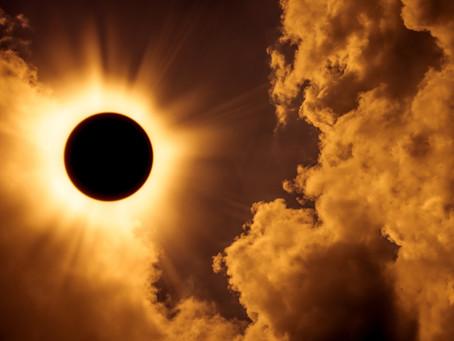 The Great American Eclipse - Omens, Drama, and President Trump (con traducción en español)