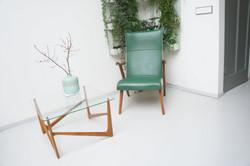 Koffietafel met groene fauteuil
