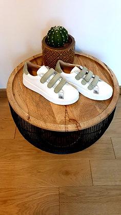 Baskets blanches en cuir scratchs verts