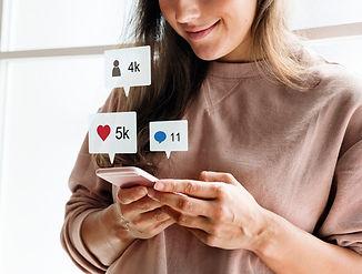 femme-utilisant-smartphone-medias-sociau