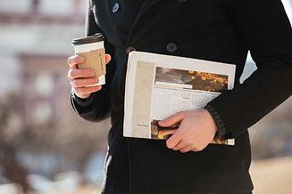 homme-cafe-journal-marche-ville_171337-1