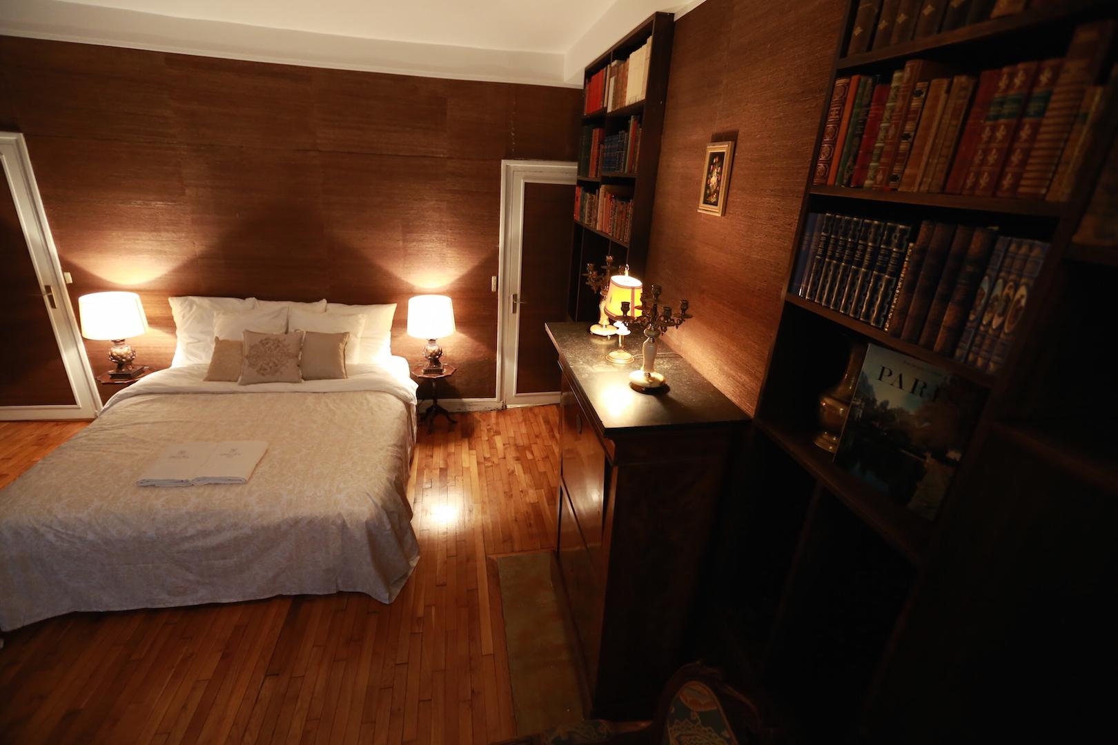 왼쪽 창가에서 전체 컷 침대 서재 레터테이블