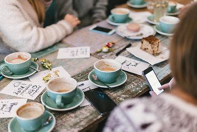 Tasses de café posées sur une table roma