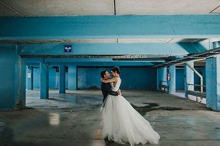 Couple de jeunes mariés qui dansent