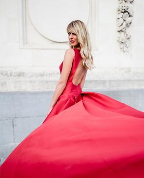 Portrait de femme en robe rouge dans bruxelles