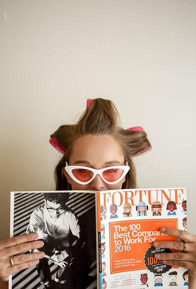 Femme à lunette lis un magazine.jpg