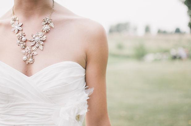 Jeune mariée qui pose avec sa robe busti