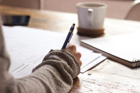plan de main en train d'écrire au stylo bille sur papier