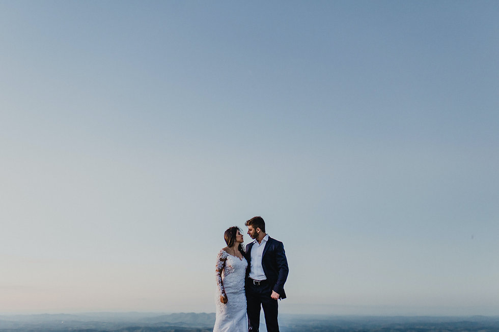 Couple de jeunes mariés qui se prennent