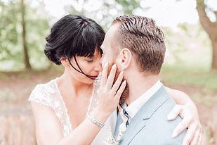 Jeune mariée qui prends son mari en bras