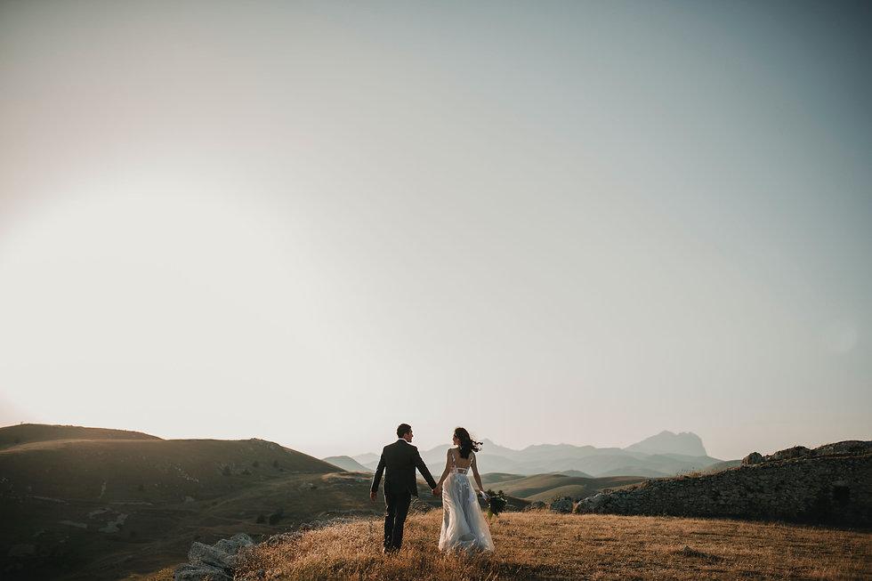 Couple de mariés se tenant la main en montagne