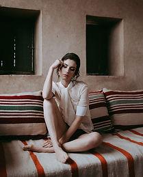 Jeune femme assise sur sofa it's a love