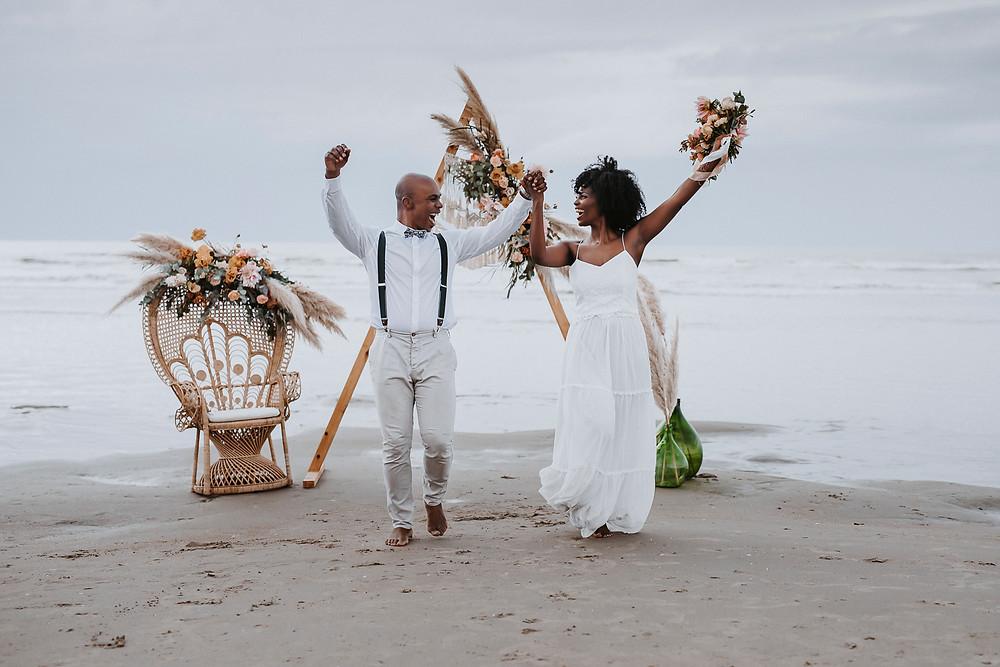 Couple de jeunes mariés qui dansent sur la plage