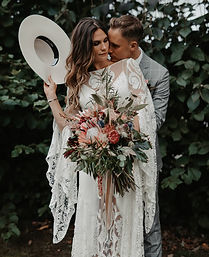 Couple de marié en chapeau qui se tienne