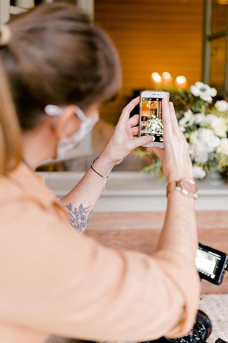fleuriste qui prends une photo au smartphone de son bouquet de fleurs