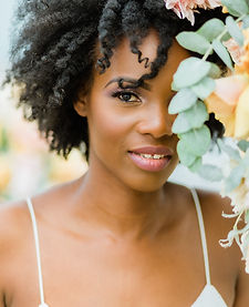 Jeune mariée afro devant bouquet de fleu