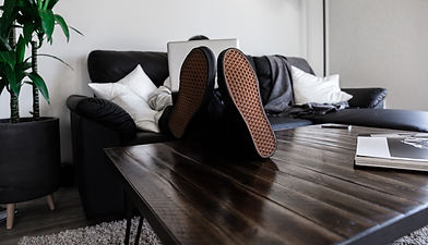 Homme allongé sur le canapé devant ordin