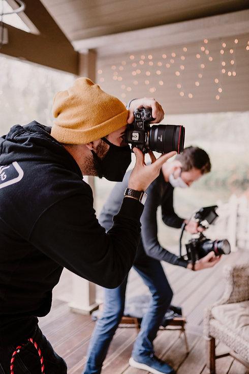 photographe et filmmaker au travail