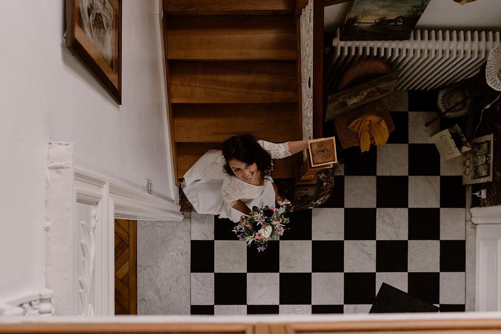 jeune femme en robe de mariage qui descend les escaliers.jpg