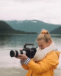 Photographe devant lac et montagnes.jpg