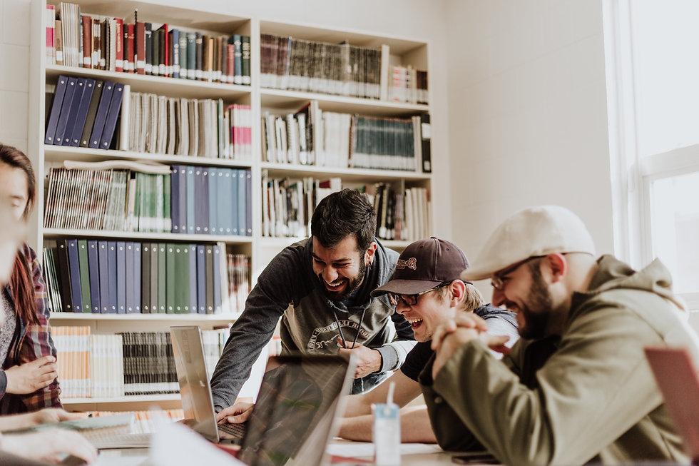 trois personnes devant ordinateur qui rigolent