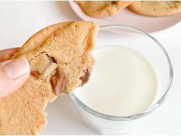 दूध के साथ ना खाएं ये 4 चीजें, हो सकते हैं बीमार health tips milk