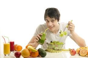 Homme avec jus et salade Pascale.jpg