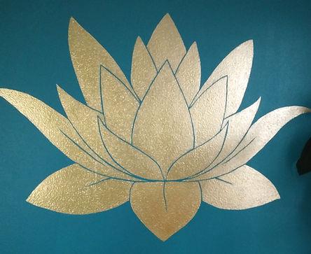 Wandschildering gouden lotus door Cicilia Postma