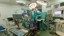 Репротезирование аортального клапана с аортоаннулопластикой по Manouguian из мини J cтернотомии. Пер