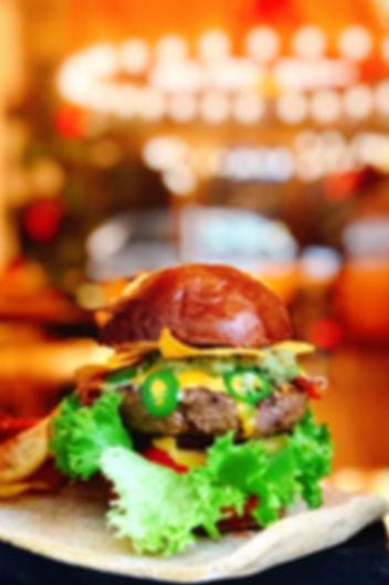 Burger w restauracji Lokal's. Burger z dużą porcją wołowiny. Burger miesiąca w Lokal's.