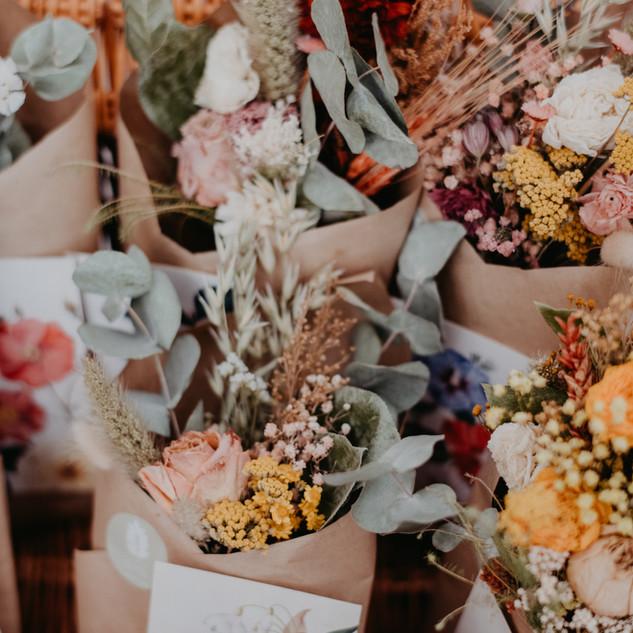 Cone floral com postal botânico