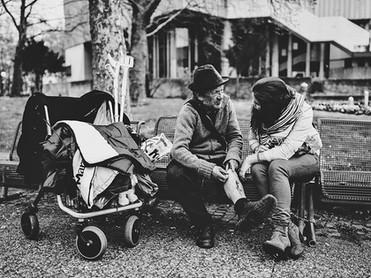 obdachloser_wagen_frau_bank.jpg