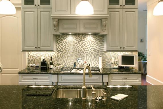 beautiful-kitchen-with-glass-backsplash
