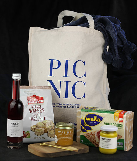 Luxurious Picnic Gift Basket with Quality Full Size Items
