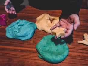 איך להכין בצק משחק לילדים מחומרים טבעיים ובלי כימיקלים