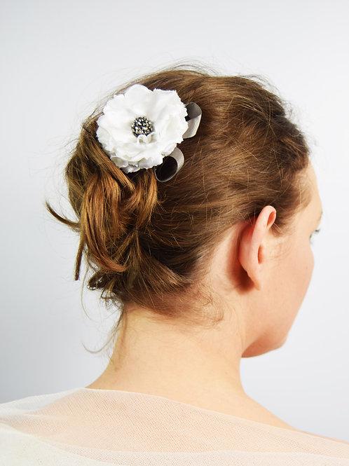 Flor: White Satin Hair Flower