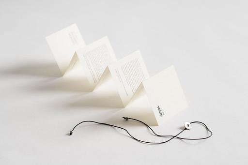Šňůrka s knoflíčkem je součástí balení šátku / String with pearl button is a part of packaging