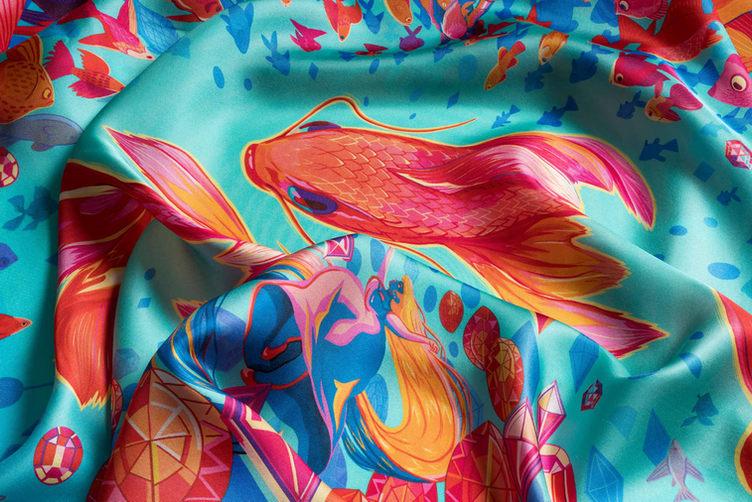 detail hedvábného šátku zlatá ryba