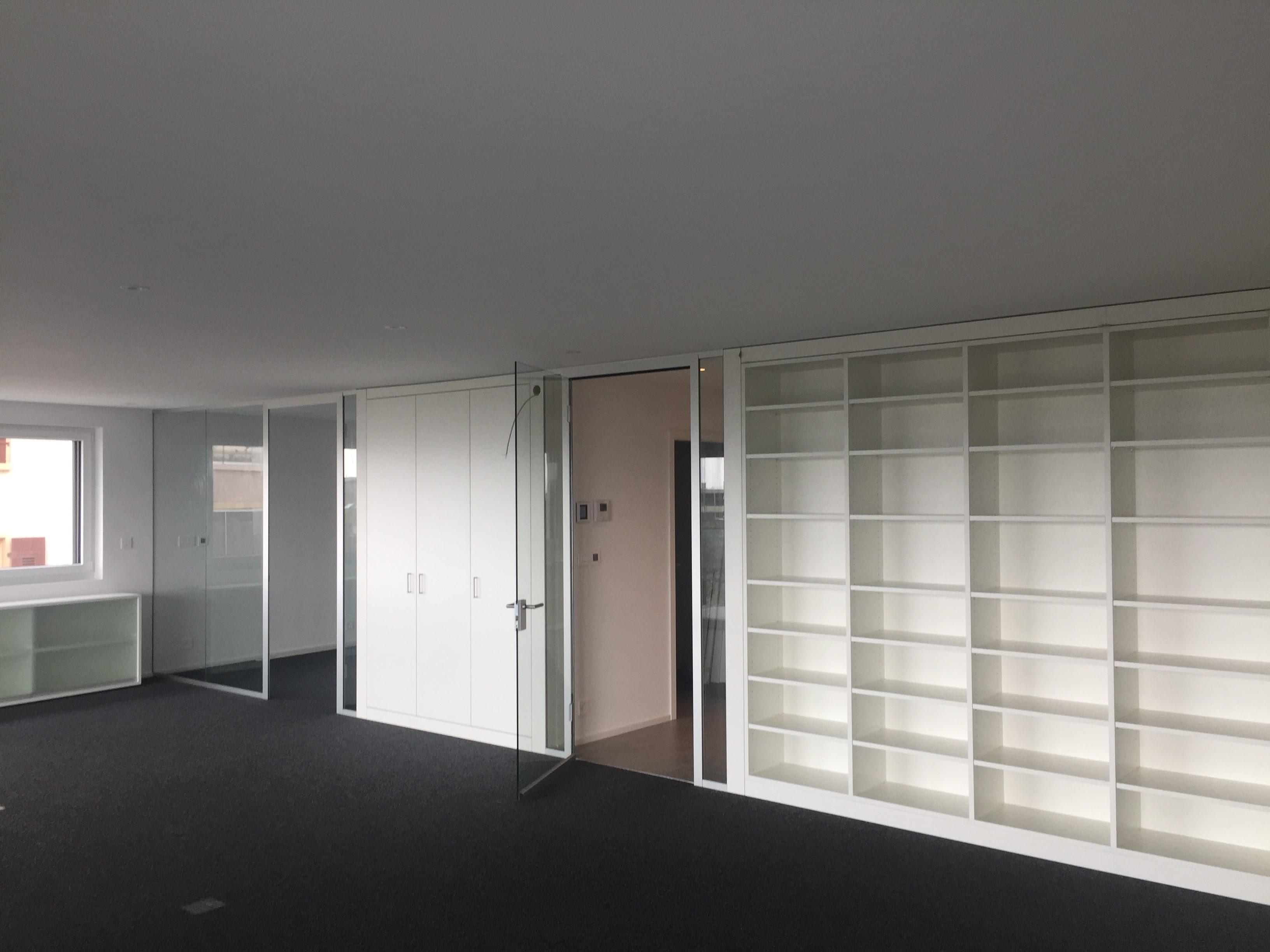 Glastrennwand und integrierte Ablage