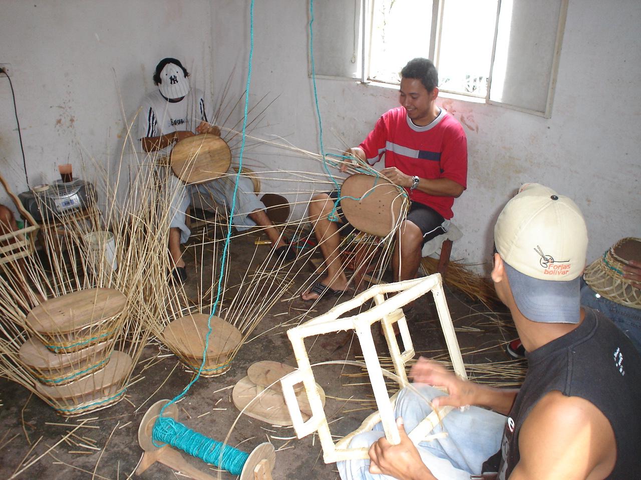 Artesanos_trabajando_mimbre_2,_Silvana_Navarro_Hoyos,_Consultoría,_investigación