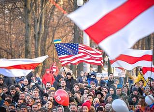 O que é a bandeira branca e vermelha usada pela oposição em Belarus
