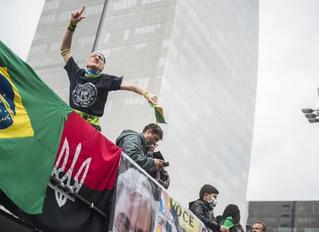 Bandeira neonazista expõe ação estrangeira na organização de manifestação