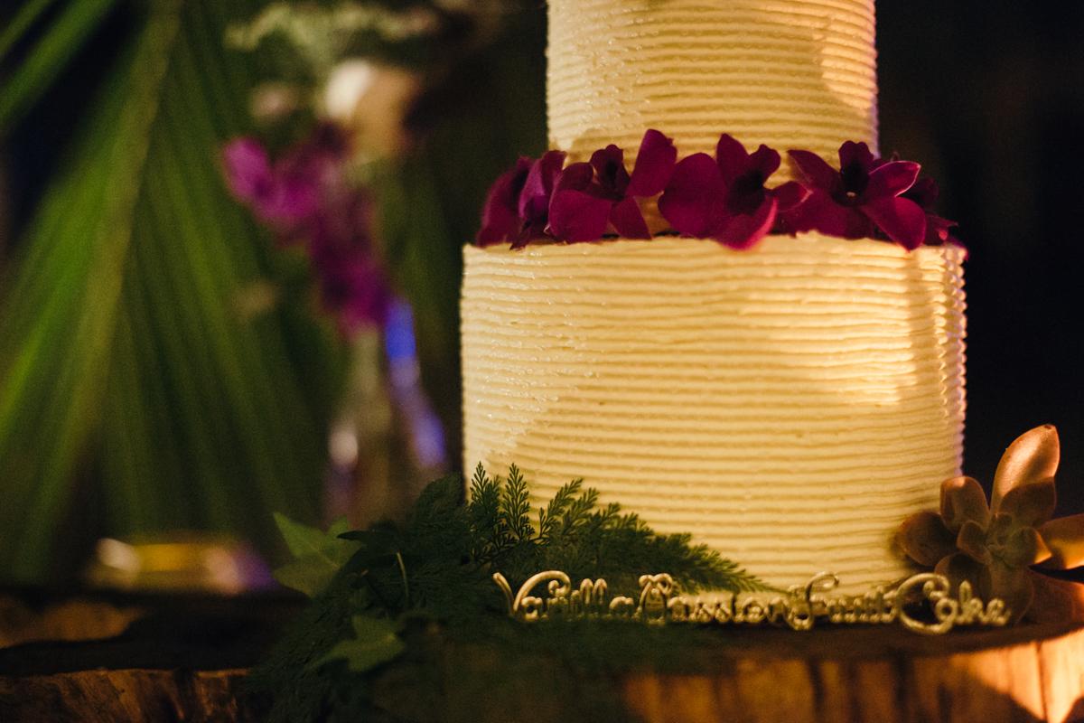 "alt=""white wedding cake"""